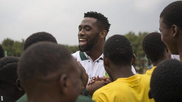 Siya Kolisi chats to youngsters at a coaching clinic in Soweto