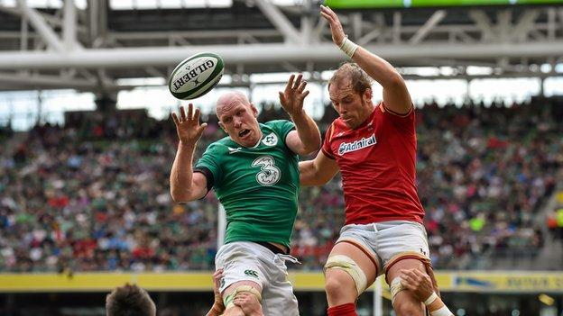 Alun Wyn Jones (r) and Paul O'Connell jump for the ball in the line-out
