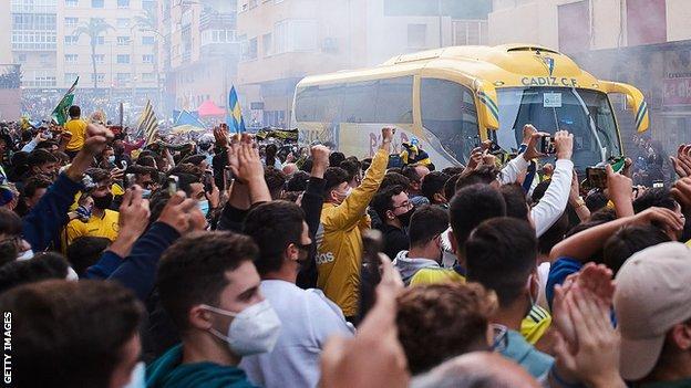 Fans protest outside the Ramón de Carranza stadium