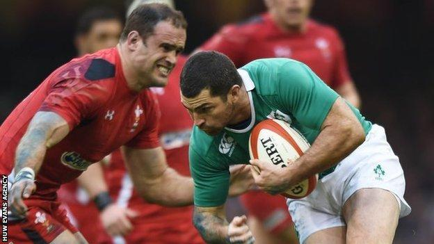 Jamie Roberts moves in to tackle Rob Kearney in the 2015 Six Nations