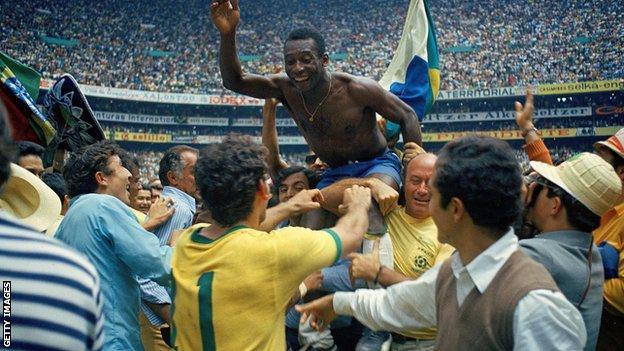 Pelé è tenuto alto nello stadio Azteca, dopo aver vinto la Coppa del Mondo del 1970.