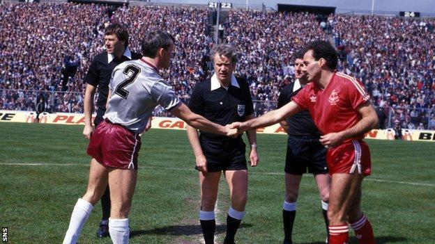 Hearts Walter Kidd (left) and Aberdeen's Willie Miller