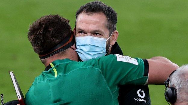 Stander memeluk pelatih Irlandia Andy Farrell setelah peluit akhir