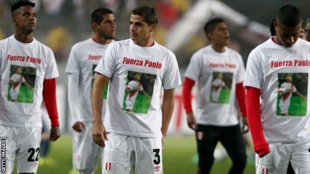 Peru players wear T-shirts showing their support for Paolo Guerrero at a friendly in May