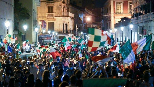 I tifosi dell'Italia festeggiano