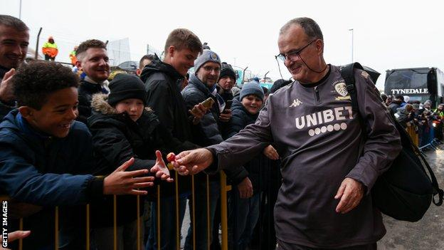 bielsa handing out sweets to young Leeds fans