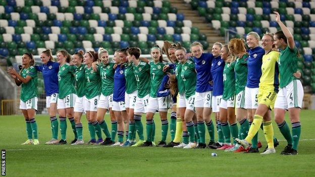 Los jugadores de Irlanda del Norte se unieron a los 4.079 aficionados presentes para una interpretación de Sweet Caroline.