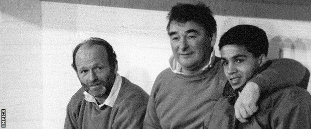 Archie Gemmill (l), Brian Clough and Gary Charles (r)