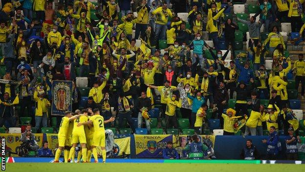 I tifosi del Villarreal festeggiano dopo il gol di Gerard Moreno al Windsor Park