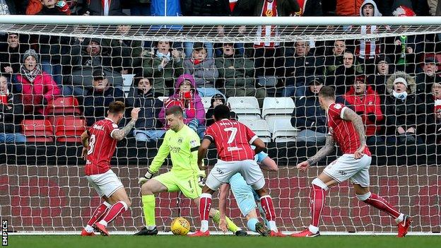 Sunderland's Lee Cattermole scores his side's first goal