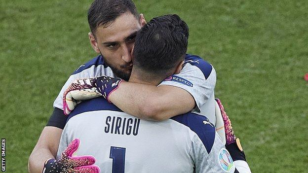 Gianluigi Donnarumma abbraccia il suo sostituto, Salvatore Sirigu
