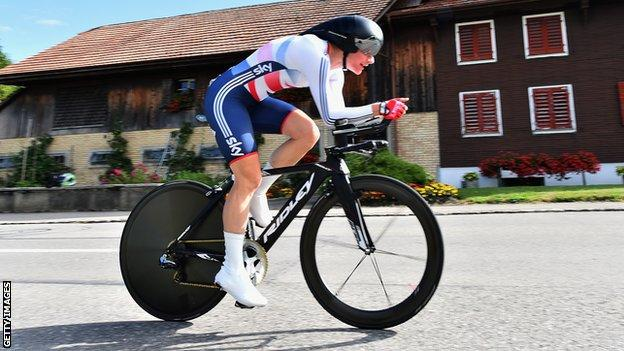 Dame Sarah Storey on her way to gold