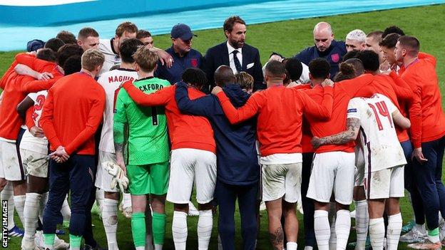 Gareth Southgate speaks to England's players in a huddle