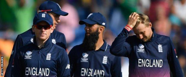 England walk off disappointed after defeat to Pakistan