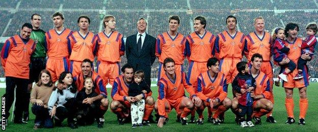 Johan Cruyff poses with a Barcelona dream team