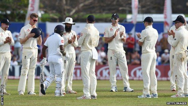 England give Rangana Herath a guard of honour