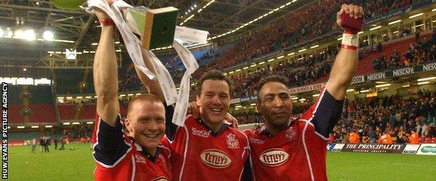 Mark Jones (centre) with Llanelli team-mates Garan Evans and Salesi Finau