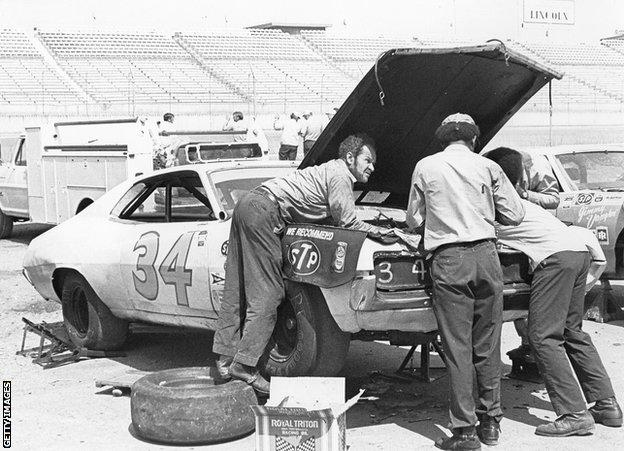 TALLADEGA, AL Ð 1971: Wendell Scott and his crew work on their Ford in the pits at the Alabama International Motor Speedway, circa 1971. (Photo by ISC Images & Archives via Getty Images)
