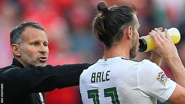 Ryan Giggs gives Gareth Bale instructions