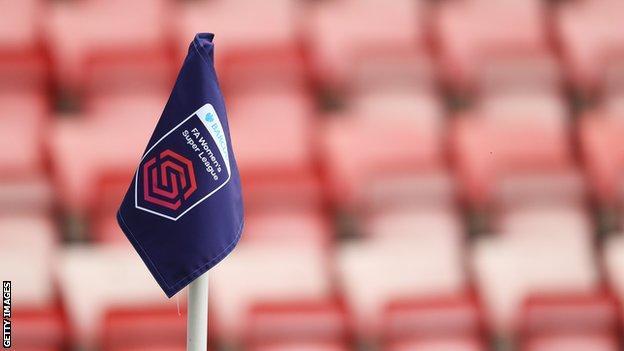 Un drapeau de coin au match de Super League féminine