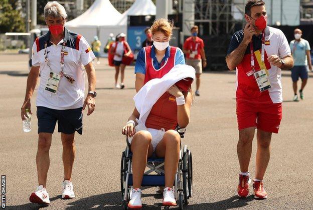 Paula Badosa deja su partido en silla de ruedas