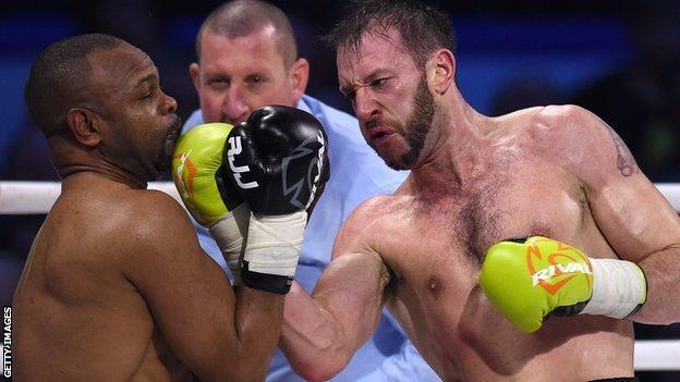 Enzo Maccarinelli fights Roy Jones Jr