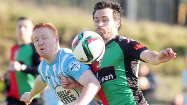Stephen Moan and David Scullion in action during Glentoran's last-gasp 1-0 win over bottom club Warrenpoint Town at Milltown