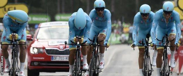Vincenzo Nibali (centre) cross the finish line with his Astana team-mates