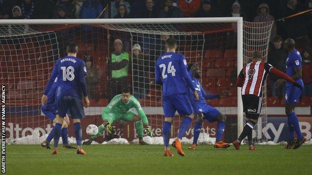 Leon Clarke of Sheffield United puts the ball past Cardiff City goalkeeper Neil Etheridge to score
