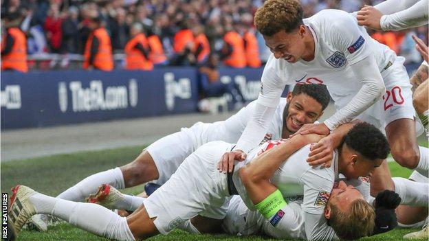 England celebrate Harry Kane's late winner