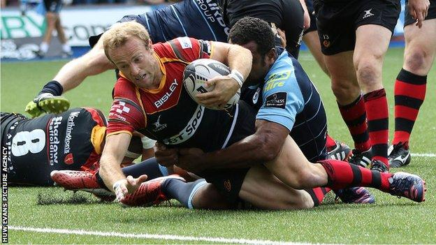 Sarel Pretorius crosses for a try for Dragons against Blues