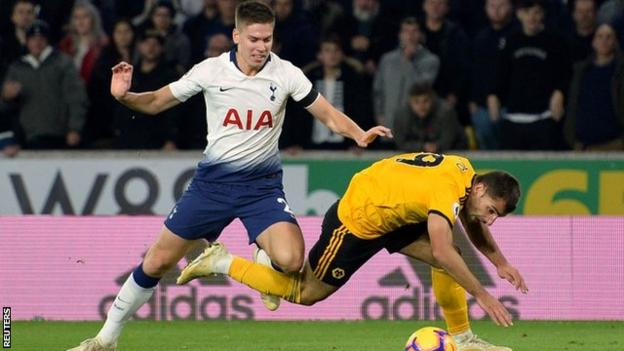 Juan Foyth pushes Jonny to give away a second penalty against Wolves
