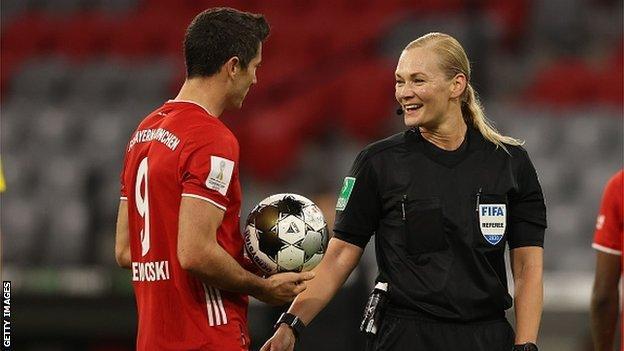 Bibiana Steinhaus arbitra un partido de Supercopa