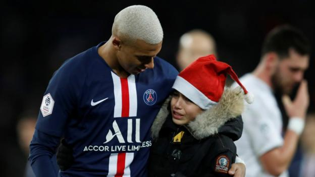 Paris St-Germain 4-1 Amiens: Kylian Mbappe comforts young pitch invad thumbnail