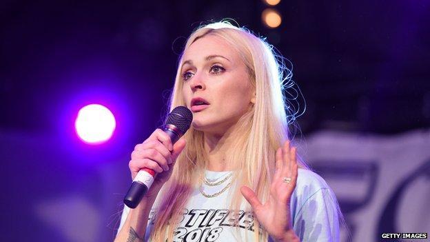 Fearne Cotton habla por micrófono