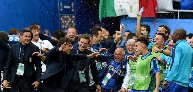 Antonio Conte managing Italy during Euro 2016
