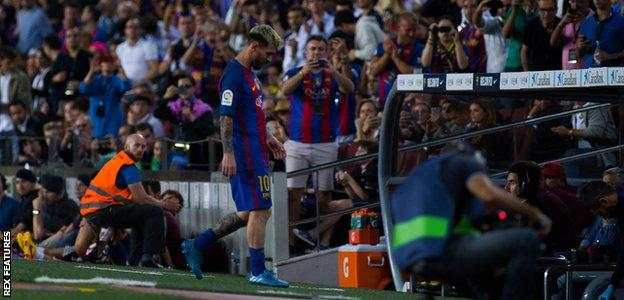Lionel Messi leaves the field with an injury