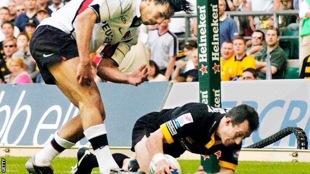 Rob Howley swoops to score the decisive try of the 2004 final