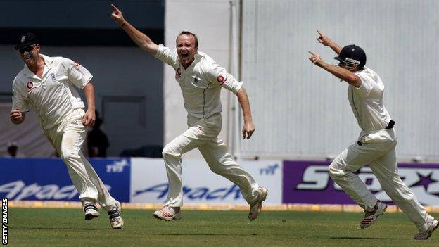 Shaun Udal (centre) celebrates after taking the wicket of Sachin Tendulkar