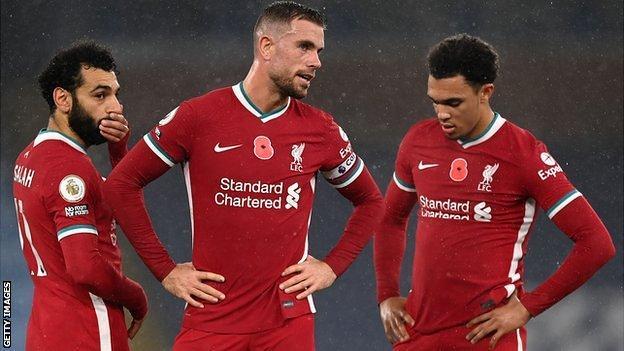 Джордан Хендерсон разговаривает с товарищами по команде «Ливерпуль» Мохамедом Салахом и Трентом Александром-Арнольдом во время недавнего матча Премьер-лиги против «Манчестер Сити».