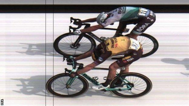 Michael Teunissen (bottom) pips Peter Sagan on the finish line