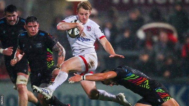 Rob Lyttle evades a tackle from Guglielmo Palazanni