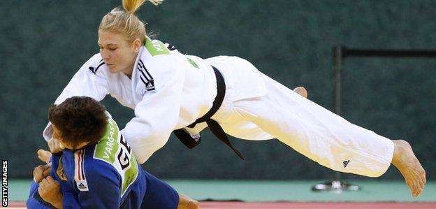 Kim Polling (right) on her way to defeating Germany's Laura Vargas Koch in the European Championships