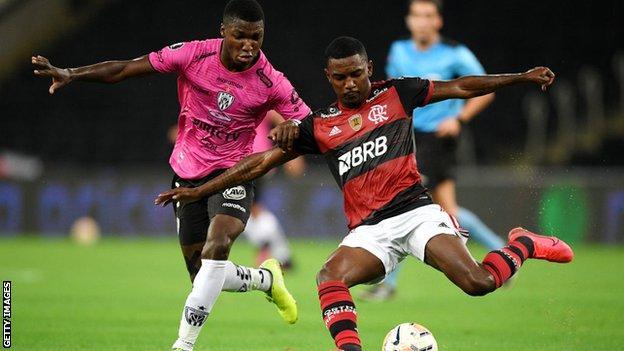 Independiente del Valle'de Flamengo'ya karşı oynayan Moises Caicedo
