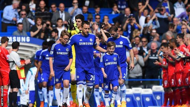 Liverpool give Chelsea guard of honour