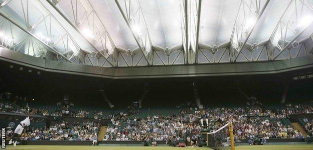 Roof closed on Centre Court