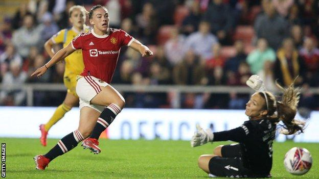 Kirsty Hanson scores for Manchester United