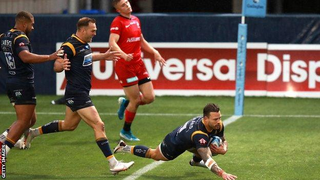 Francois Hougaard scores a try for Worcester Warriors against Saracens