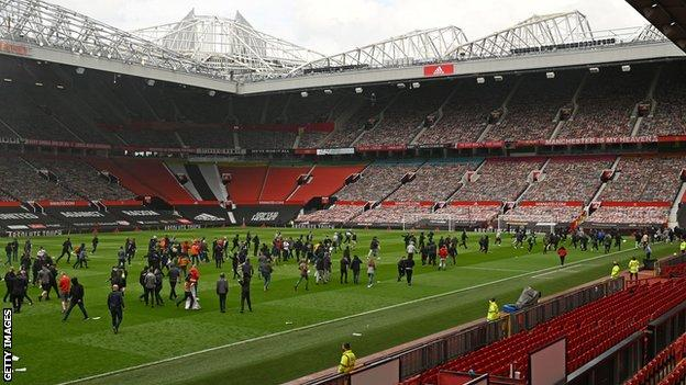 Manchester United fans protest on pitch