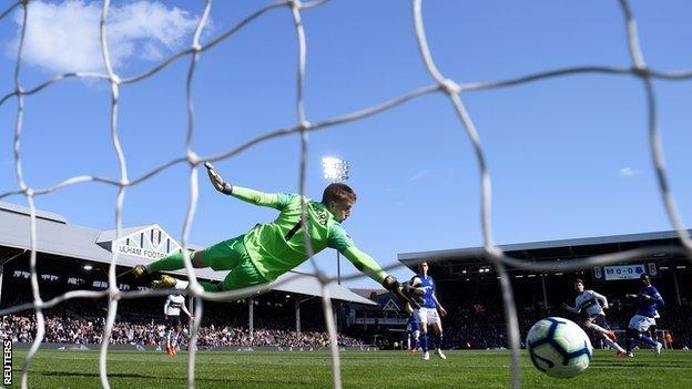 Tom Cairney scores for Fulham against Everton